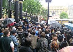 Ворота Александровского сада. Национал-патриоты сорвали парад извращенцев в Москве 27 мая 2006 года
